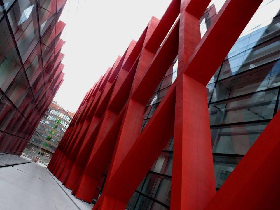 Una de las características arquitectónicas del edificio es que carece de cimientos o pilares en su interior. Se sustenta únicamente sobre estos soport