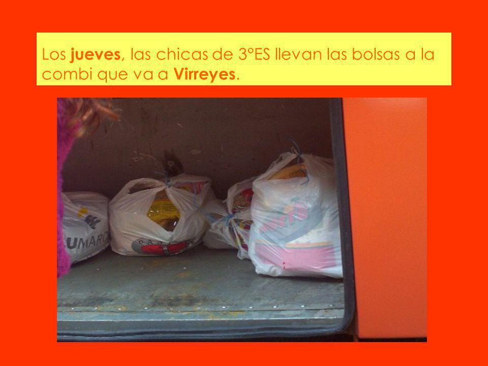Los jueves, las chicas de 3°ES llevan las bolsas a la combi que va a Virreyes.
