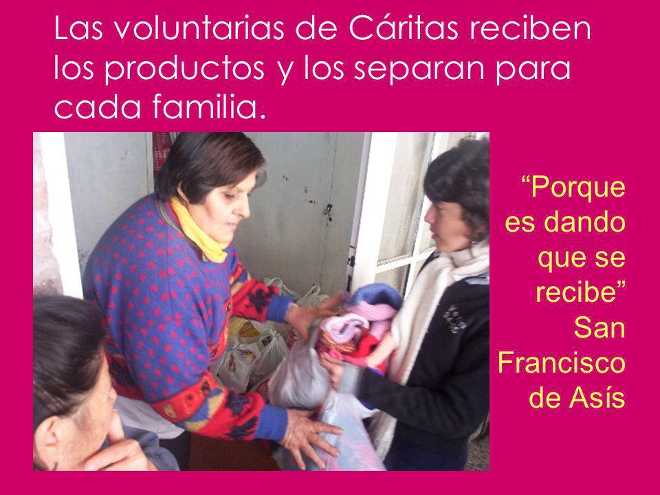 Las voluntarias de Cáritas reciben los productos y los separan para cada familia.