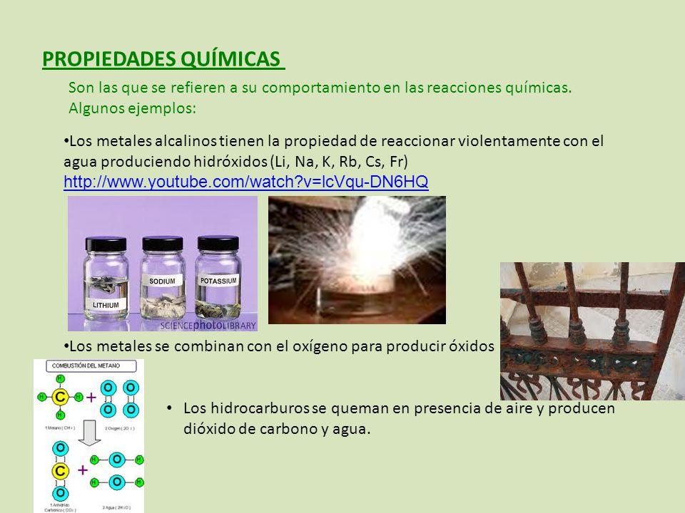 Los metales alcalinos tienen la propiedad de reaccionar violentamente con el agua produciendo hidróxidos (Li, Na, K, Rb, Cs, Fr) http://www.youtube.com/watch?v=lcVqu-DN6HQ http://www.youtube.com/watch?v=lcVqu-DN6HQ Los metales se combinan con el oxígeno para producir óxidos Los hidrocarburos se queman en presencia de aire y producen dióxido de carbono y agua.
