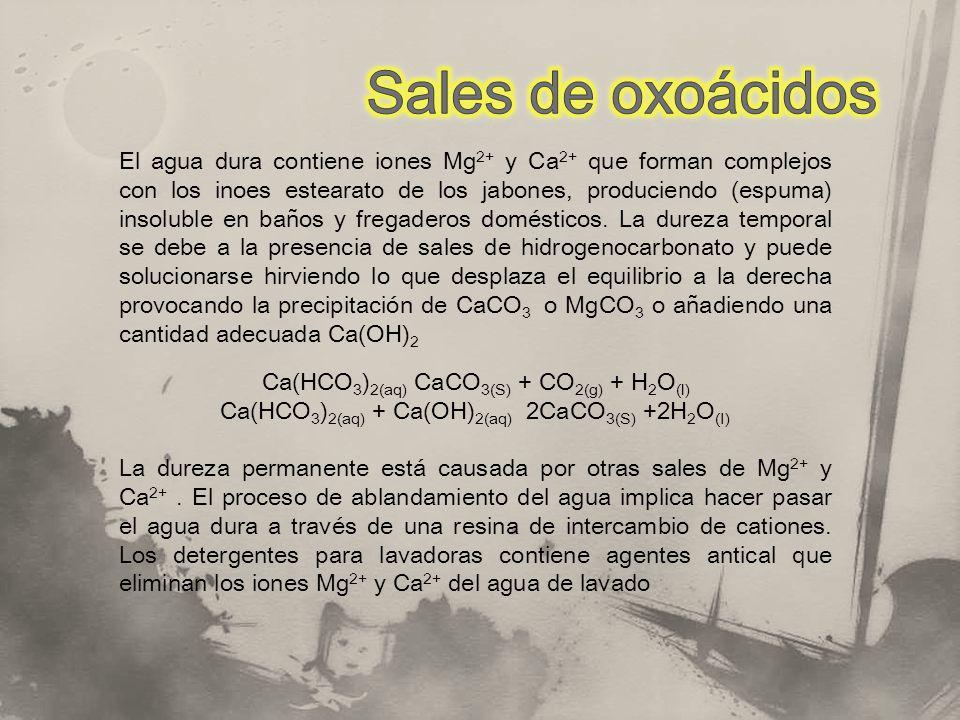 El agua dura contiene iones Mg 2+ y Ca 2+ que forman complejos con los inoes estearato de los jabones, produciendo (espuma) insoluble en baños y frega