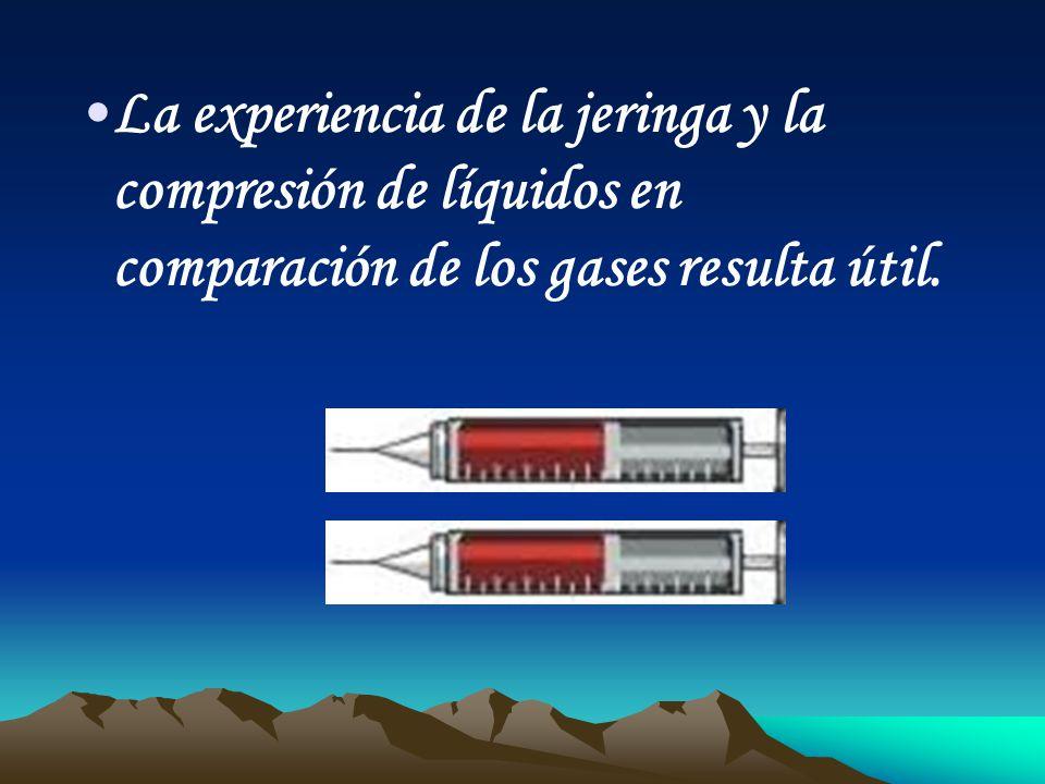 La experiencia de la jeringa y la compresión de líquidos en comparación de los gases resulta útil.