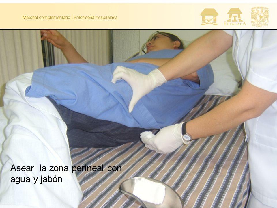 Asear la zona perineal con agua y jabón