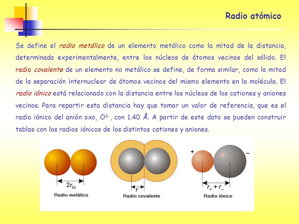 Se define el radio metálico de un elemento metálico como la mitad de la distancia, determinada experimentalmente, entre los núcleos de átomos vecinos
