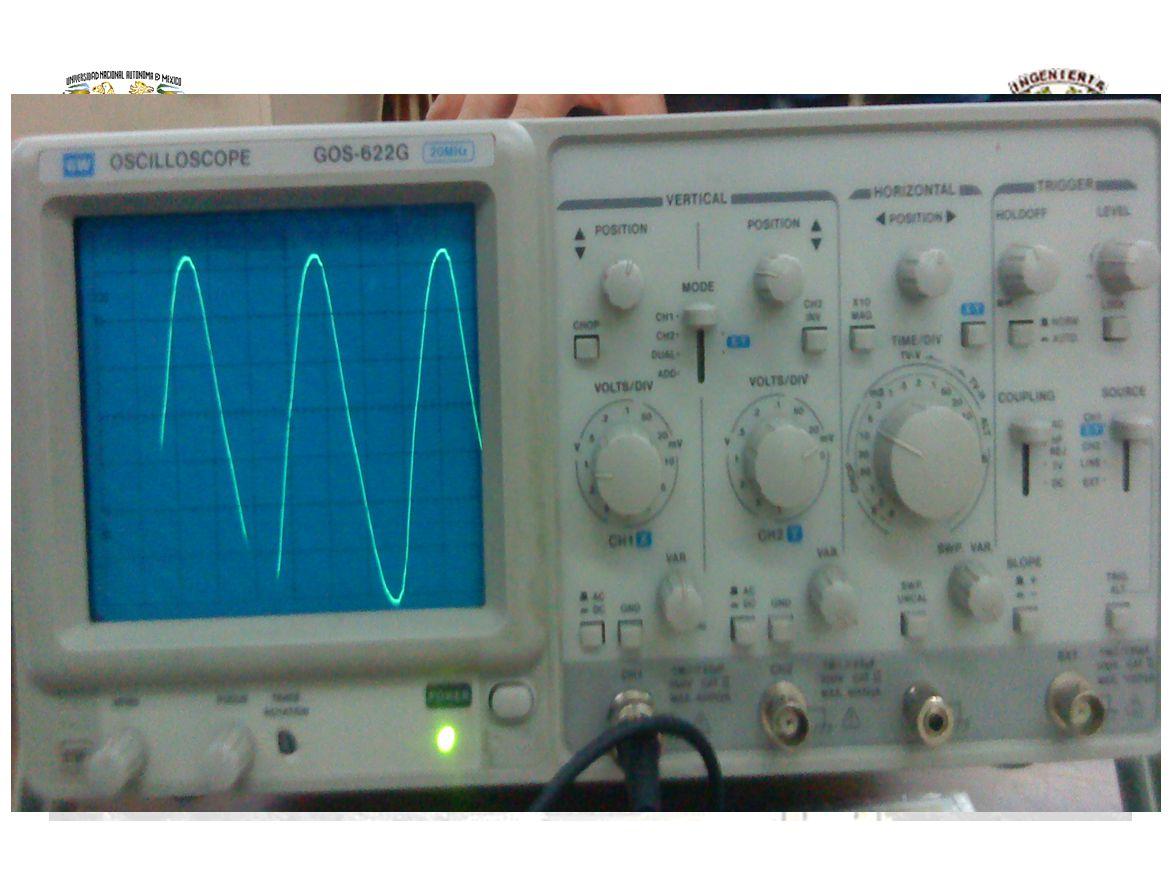 Medición de Voltaje Alterno Observa que esta parte se puede aumentar la resolución del osciloscopio cuando queremos medir voltajes muy pequeños o muy chicos alrededor de milívolts(mv)/Divisiones es decir 0.001 Volts/Divisiones tanto para señal Alterna o señal Directa y poder observar la señal del voltaje deseado.