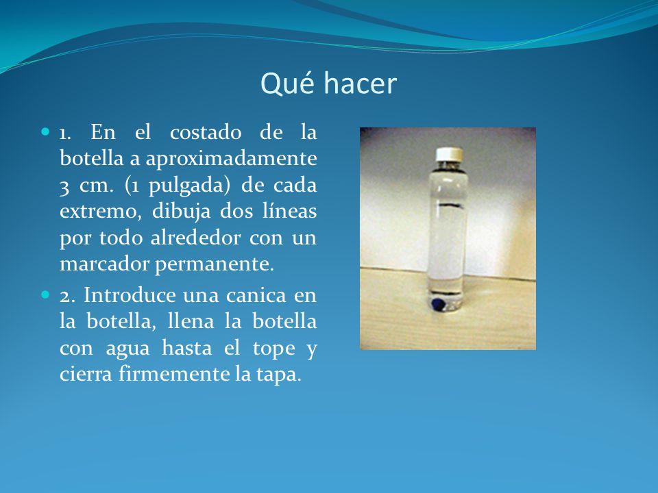 3.Invierte la botella y observa cómo cae la canica en el agua.