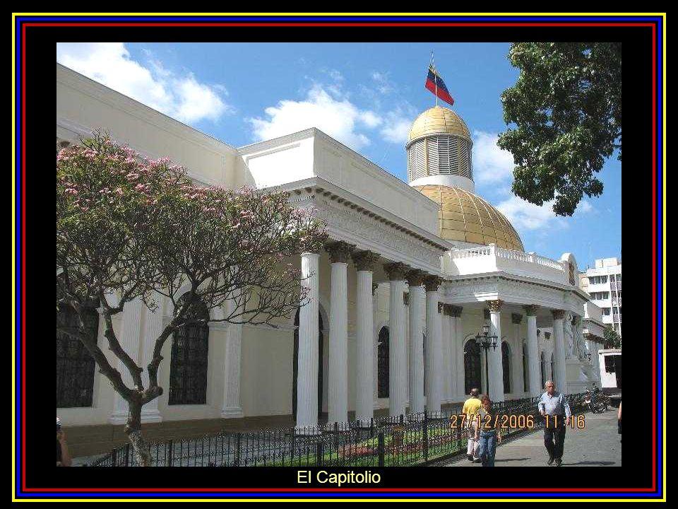 Fachada del Panteón Nacional y Plaza