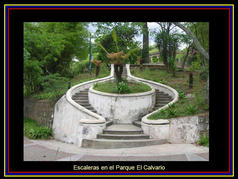 Estatua de Colón mirando hacia la ciudad Arco de la Federación emblema del parque Parque El Calvario