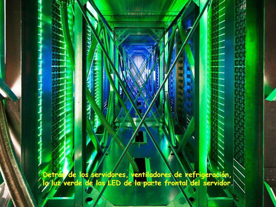 Detrás de los servidores, ventiladores de refrigeración, la luz verde de los LED de la parte frontal del servidor.