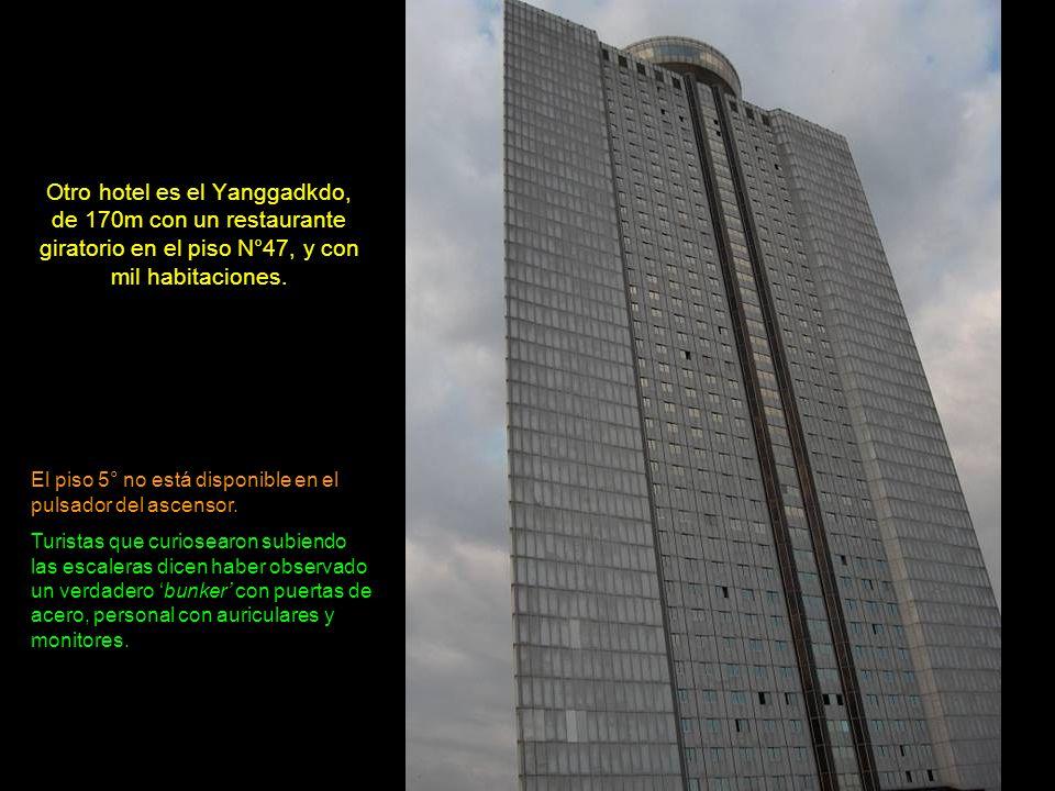 El hotel Ryu-Gyong, de 330m de altura y 105 pisos, totalmente de cemento, quedó sin terminar con una grúa en su parte superior.