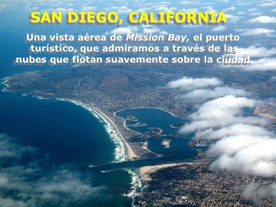 SAN DIEGO, CALIFORNIA Una vista aérea de Mission Bay, el puerto turístico, que admiramos a través de las nubes que flotan suavemente sobre la ciudad.