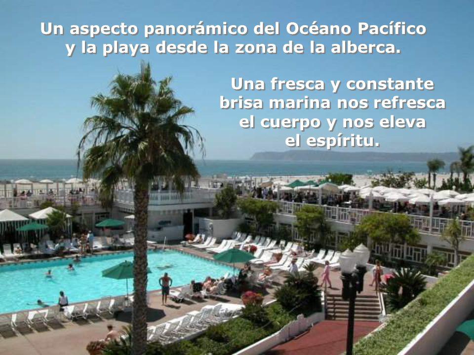 A la orilla del mar surge el famoso y elegante Hotel del Coronado con su nostálgico estilo Victoriano. Vista tomada desde la alberca.