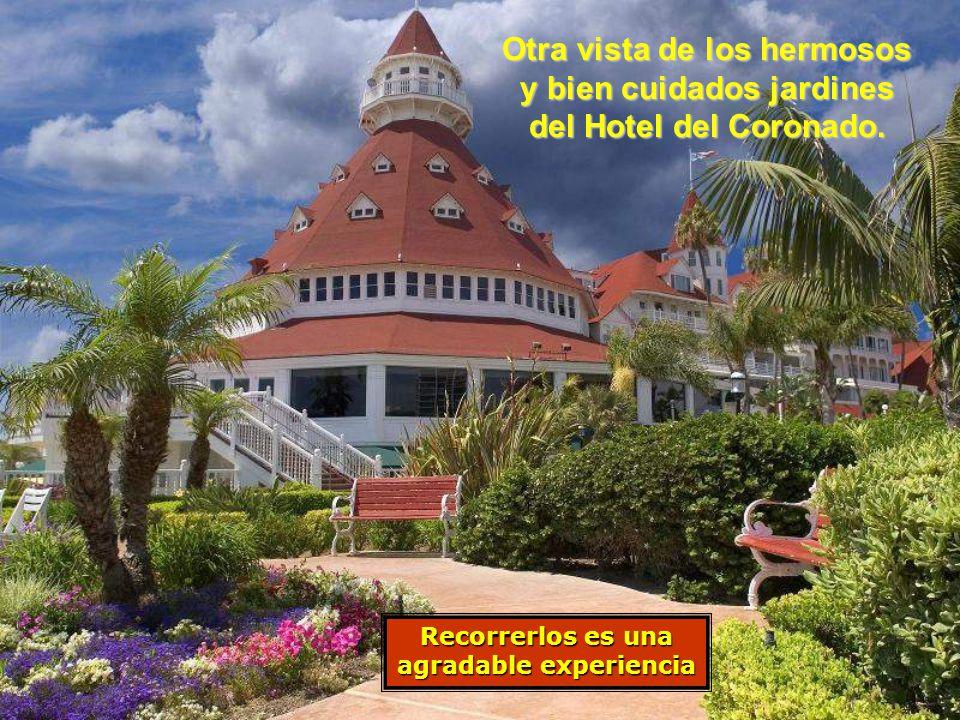 Otra vista de los hermosos y bien cuidados jardines del Hotel del Coronado.
