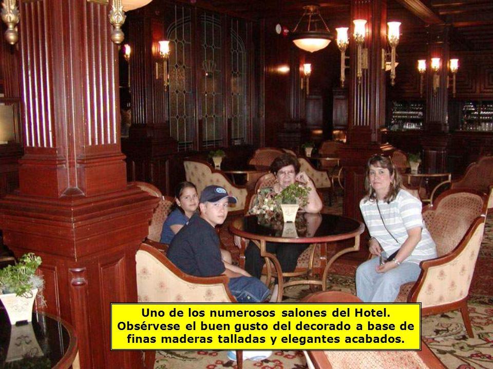 Uno de los numerosos salones del Hotel.