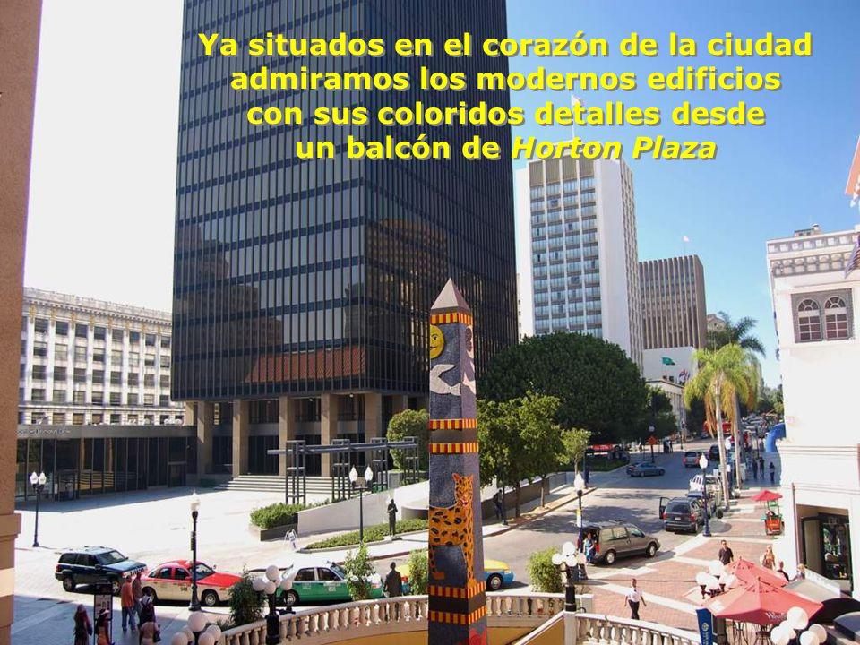 El perfil urbanístico de la ciudad, con sus blancos edificios al fondo, se puede contemplar y recorrer a pie desde el andador... El perfil urbanístico