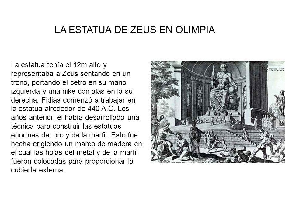 La estatua tenía el 12m alto y representaba a Zeus sentando en un trono, portando el cetro en su mano izquierda y una nike con alas en la su derecha.