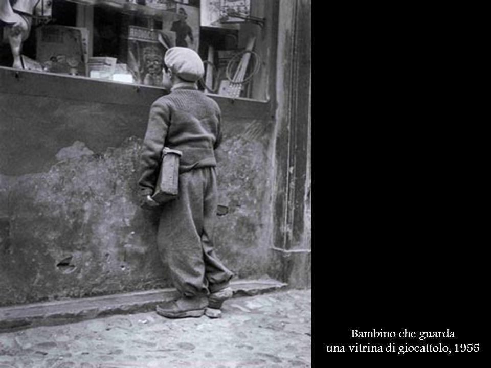 Bambino che guarda una vitrina di giocattolo, 1955
