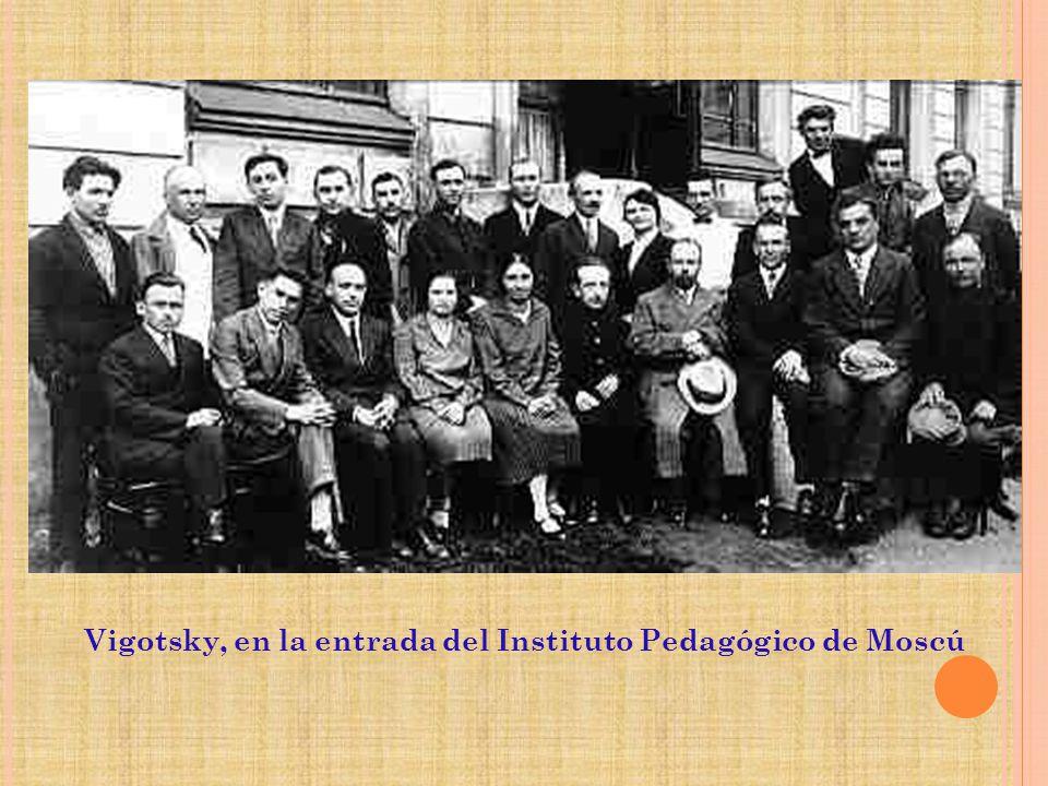 Vigotsky, en la entrada del Instituto Pedagógico de Moscú