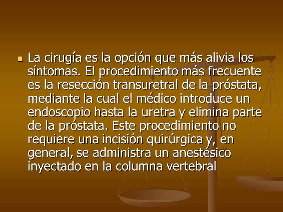 La cirugía es la opción que más alivia los síntomas. El procedimiento más frecuente es la resección transuretral de la próstata, mediante la cual el m