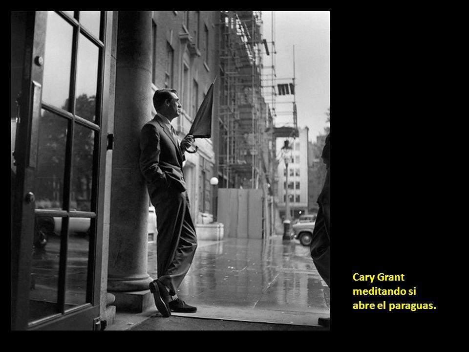 Cary Grant meditando si abre el paraguas.