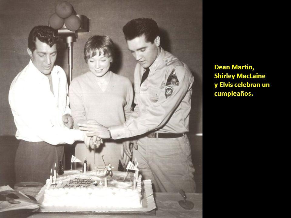 Dean Martin, Shirley MacLaine y Elvis celebran un cumpleaños.