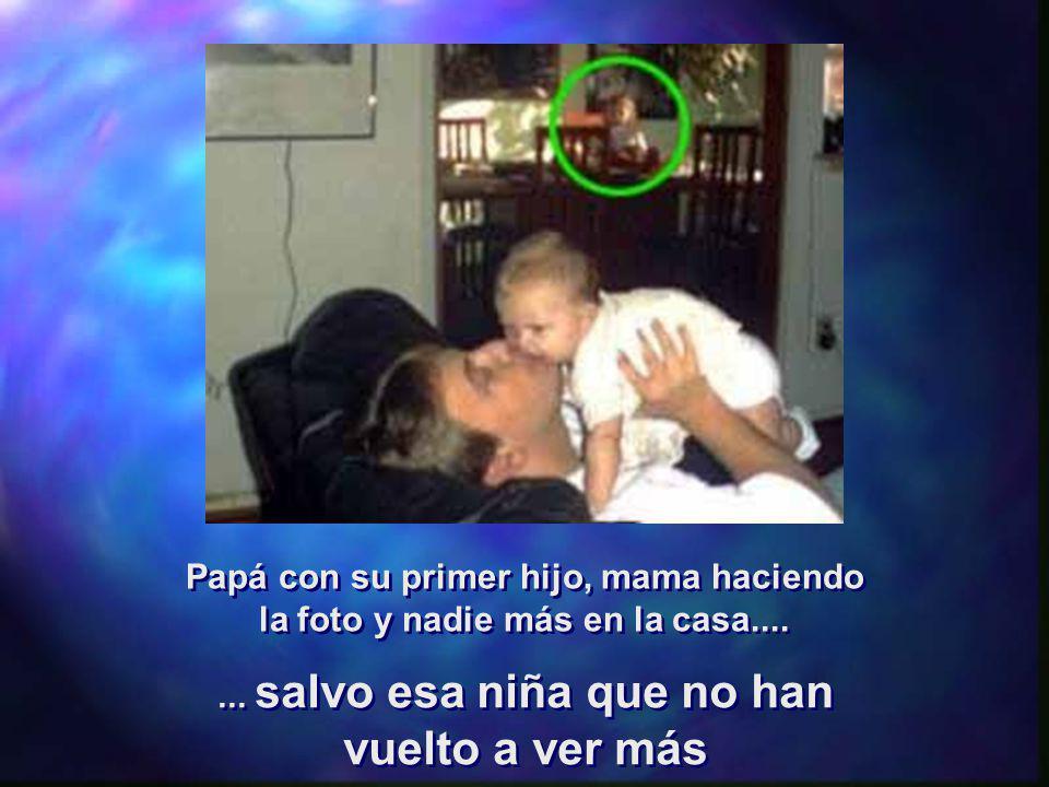Papá con su primer hijo, mama haciendo la foto y nadie más en la casa....... salvo esa niña que no han vuelto a ver más... salvo esa niña que no han v