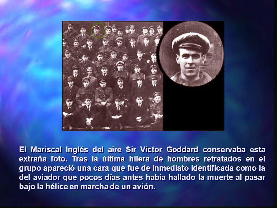 El Mariscal Inglés del aire Sir Victor Goddard conservaba esta extraña foto. Tras la última hilera de hombres retratados en el grupo apareció una cara
