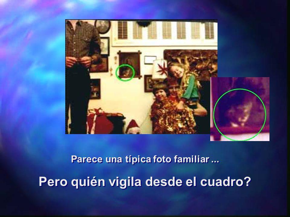 Parece una típica foto familiar... Pero quién vigila desde el cuadro? Pero quién vigila desde el cuadro?