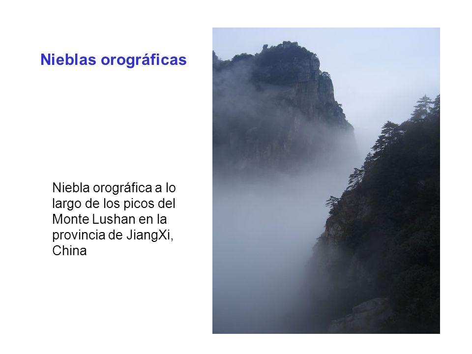 Nieblas orográficas Niebla orográfica a lo largo de los picos del Monte Lushan en la provincia de JiangXi, China