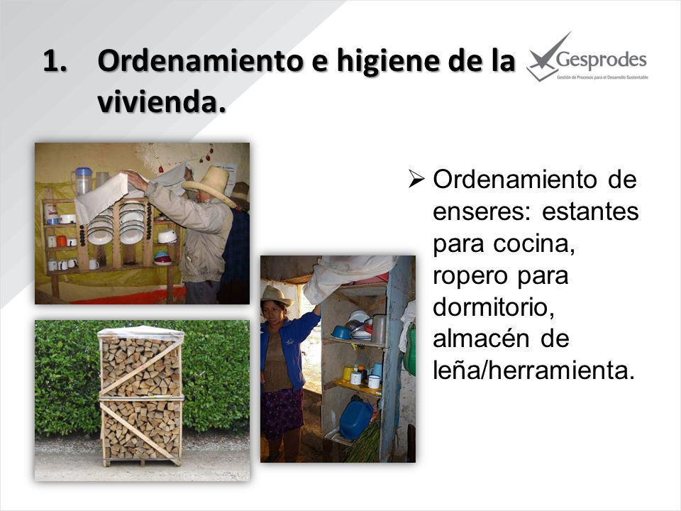 Ordenamiento de enseres: estantes para cocina, ropero para dormitorio, almacén de leña/herramienta.