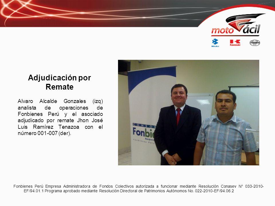 Adjudicación por Remate Alvaro Alcalde Gonzales (izq) analista de operaciones de Fonbienes Perú y el asociado adjudicado por remate Jhon José Luis Ram