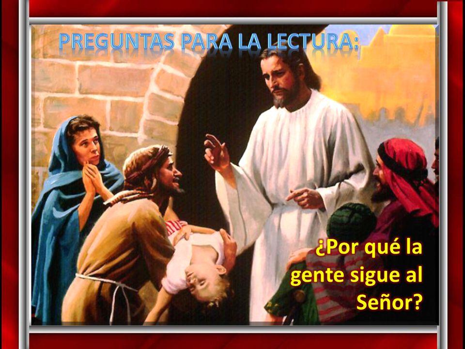 Jesús dijo: «Digan a la gente que se sienten».Había mucha hierba en aquel sitio.