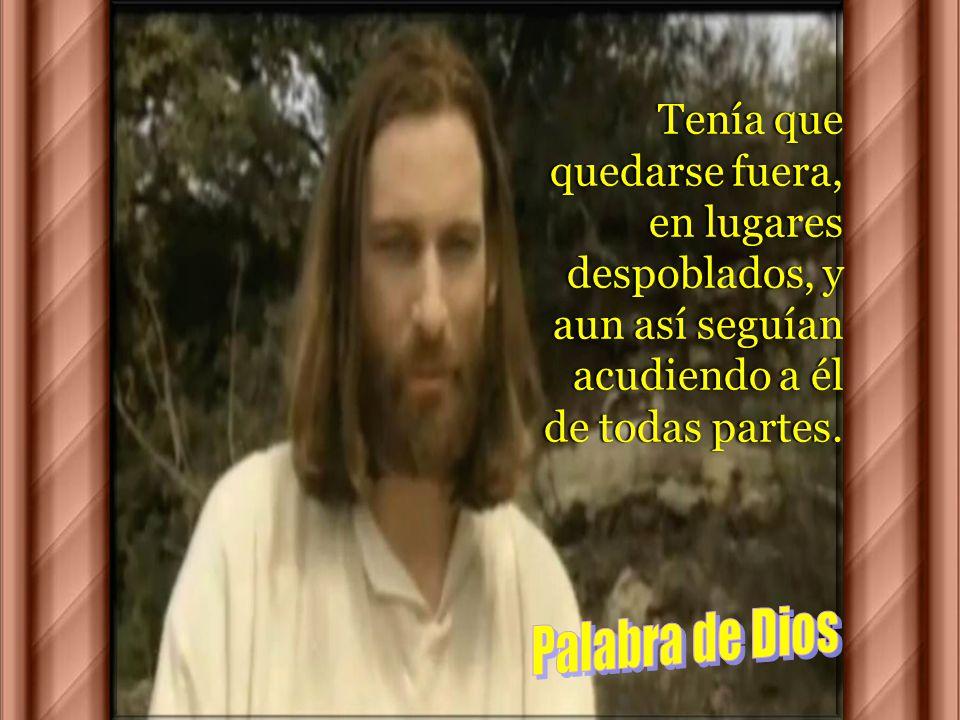 45 Él, sin embargo, tan pronto como se fue, se puso a divulgar a voces lo ocurrido, de modo que Jesús no podía ya entrar abiertamente en ninguna ciuda