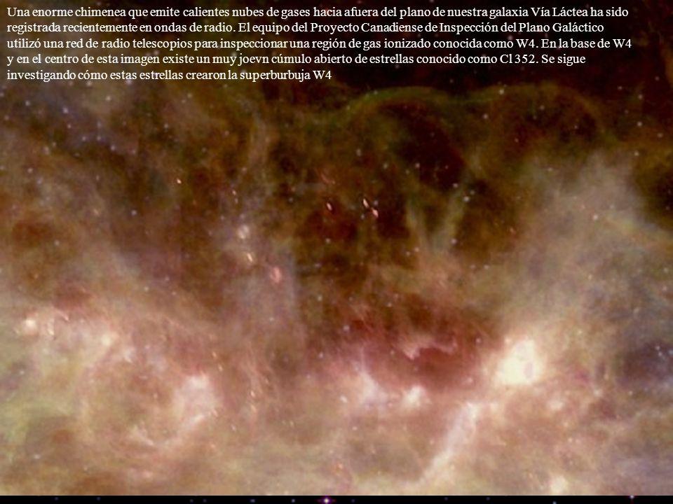 Una enorme chimenea que emite calientes nubes de gases hacia afuera del plano de nuestra galaxia Vía Láctea ha sido registrada recientemente en ondas