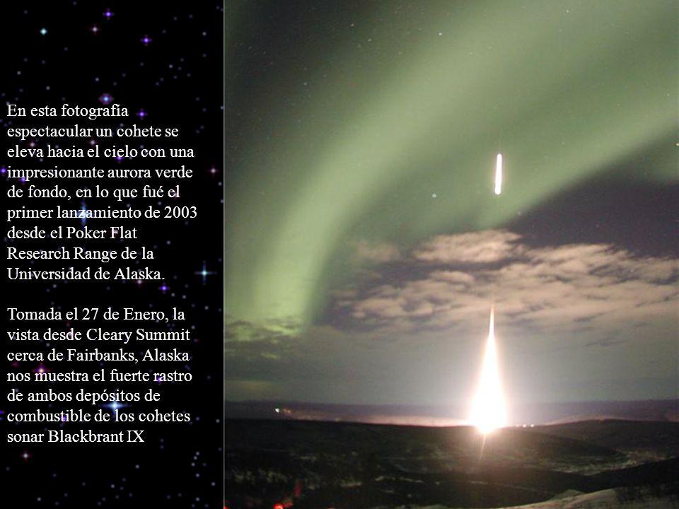 En esta fotografía espectacular un cohete se eleva hacia el cielo con una impresionante aurora verde de fondo, en lo que fué el primer lanzamiento de