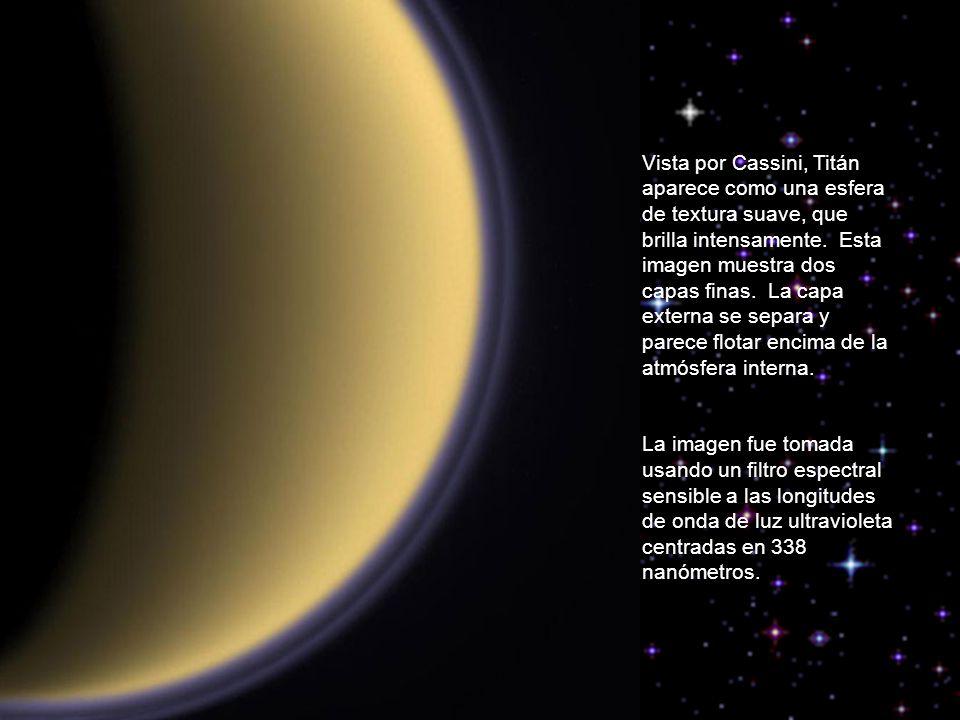 Vista por Cassini, Titán aparece como una esfera de textura suave, que brilla intensamente.