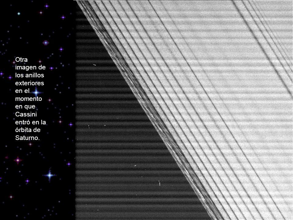 Otra imagen de los anillos exteriores en el momento en que Cassini entró en la órbita de Saturno.
