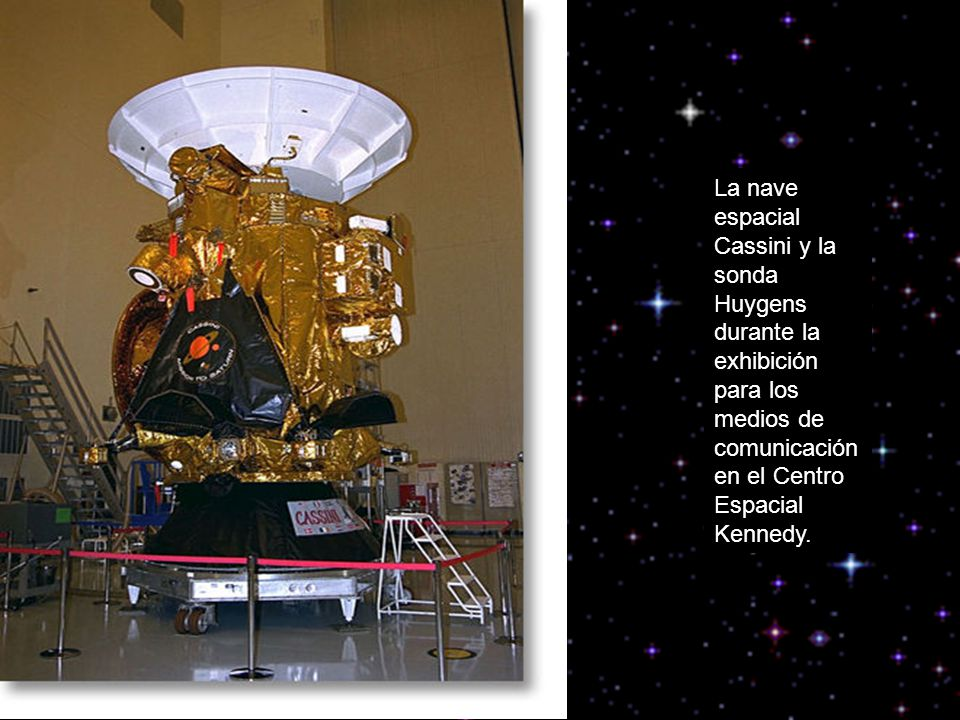 La nave espacial Cassini y la sonda Huygens durante la exhibición para los medios de comunicación en el Centro Espacial Kennedy.