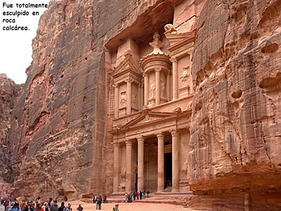 El Palacio de Petra, un templo en estilo Griego (Helénico), también es llamado El Tesoro y tiene 42m. de altura
