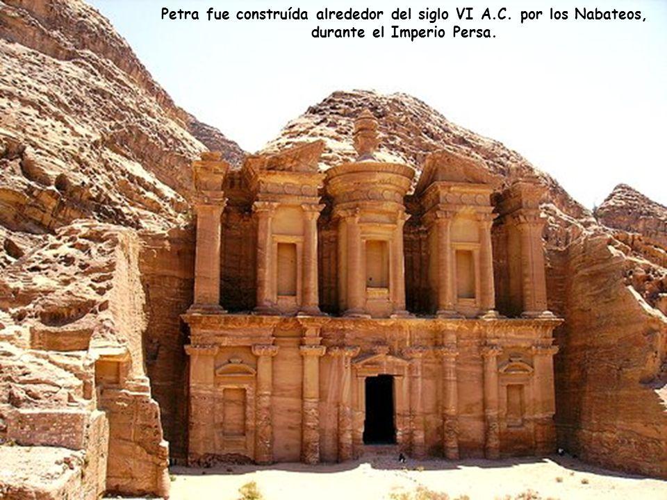 Pero el palacio es sólo una entre las muchas grandiosas construcciones en Petra, todas esculpidas en roca calcárea.