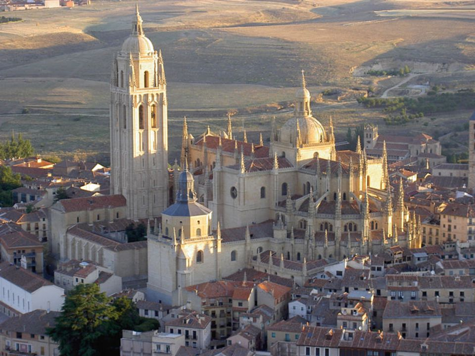 EL ROMáNICO EN SEGOVIA Segovia capital cuenta con una veintena de iglesias románicas, entre otros estilos.