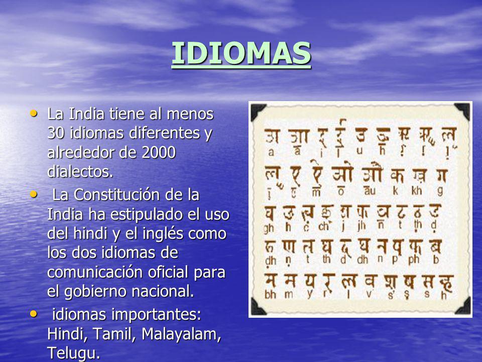 IDIOMAS La India tiene al menos 30 idiomas diferentes y alrededor de 2000 dialectos. La India tiene al menos 30 idiomas diferentes y alrededor de 2000