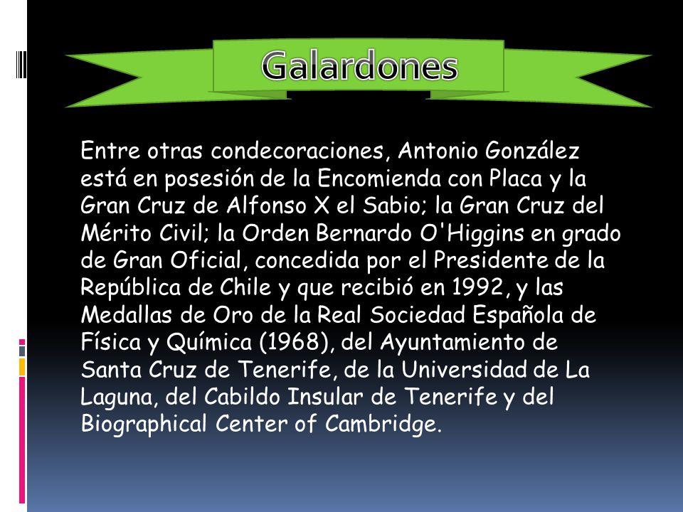 Entre otras condecoraciones, Antonio González está en posesión de la Encomienda con Placa y la Gran Cruz de Alfonso X el Sabio; la Gran Cruz del Mérit
