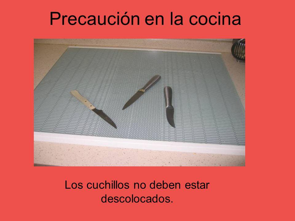 Precaución en la cocina Los cuchillos no deben estar descolocados.