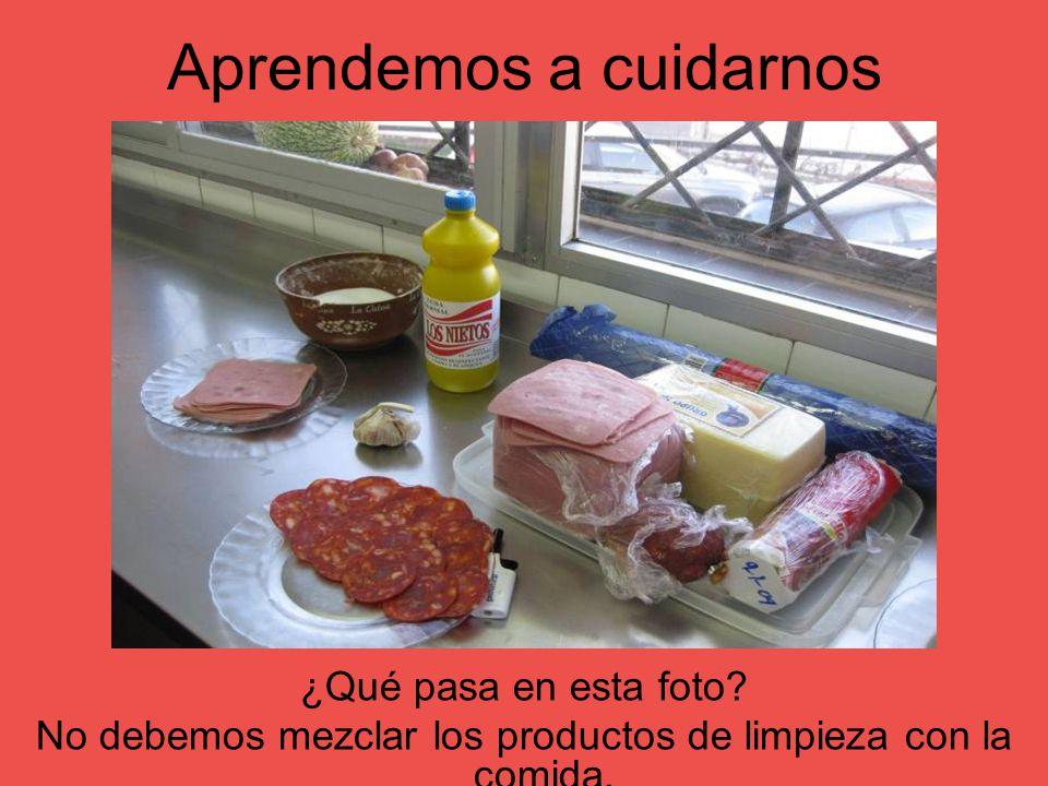Aprendemos a cuidarnos ¿Qué pasa en esta foto? No debemos mezclar los productos de limpieza con la comida.