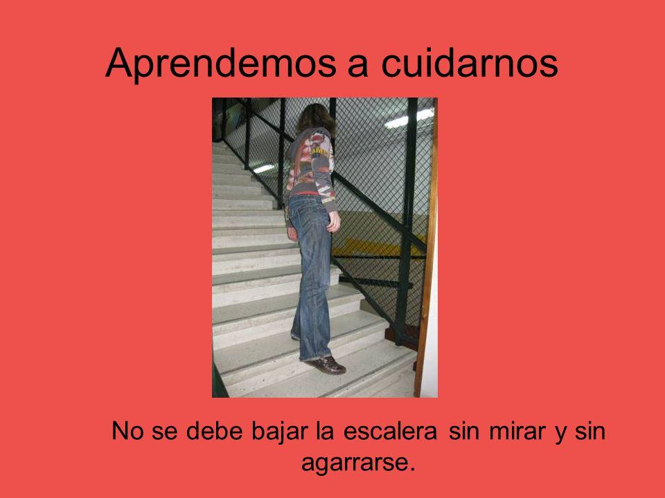 Aprendemos a cuidarnos No se debe bajar la escalera sin mirar y sin agarrarse.
