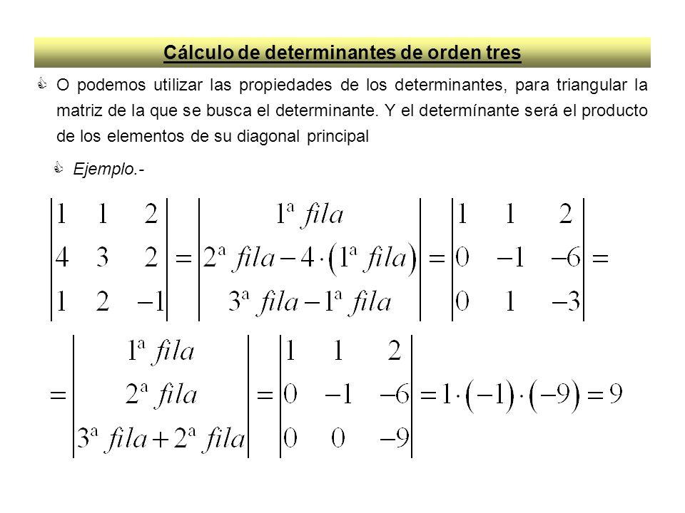 Cálculo de determinantes de orden tres O podemos utilizar las propiedades de los determinantes, para triangular la matriz de la que se busca el determ