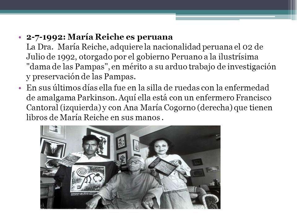 1990: Condecoración GRAN CONTRALOR para María Reiche otorgado por la contraloría General de la República María Reiche en silla de ruedas - y sigue trabajando la silla de ruedas no fue un obstáculo y ella siguió con sus estudios también en la alta edad..