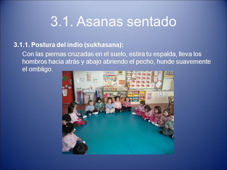 3.1. Asanas sentado 3.1.1. Postura del indio (sukhasana): Con las piernas cruzadas en el suelo, estira tu espalda, lleva los hombros hacia atrás y aba