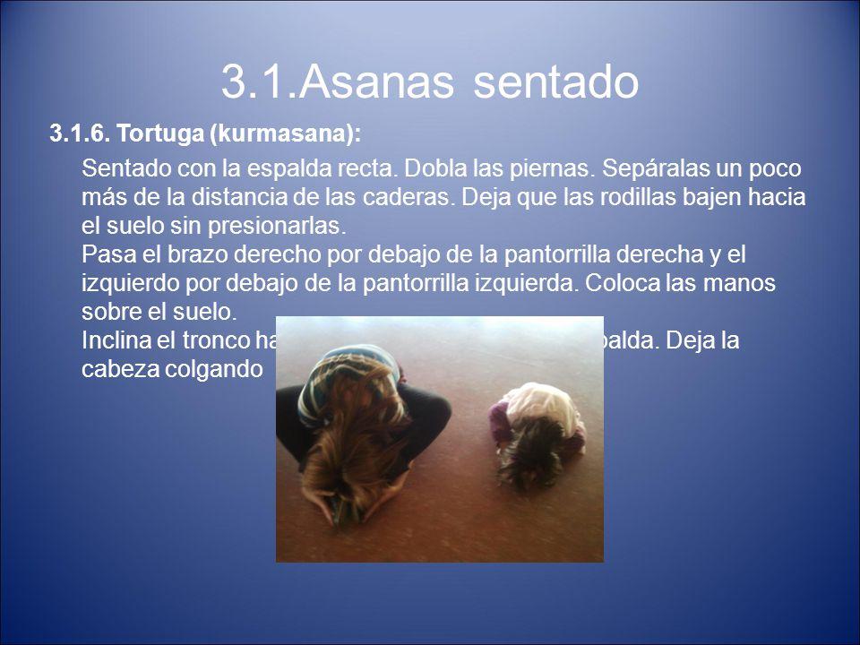 3.1.Asanas sentado 3.1.6. Tortuga (kurmasana): Sentado con la espalda recta. Dobla las piernas. Sepáralas un poco más de la distancia de las caderas.